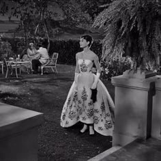 """Book Business Art Fashion on Instagram: """"Un 4 de mayo de 1929, nació la actriz Audrey Hepburn. El día de hoy festejamos su elegancia , feminidad y talento.  Por ello te compartimos…"""""""