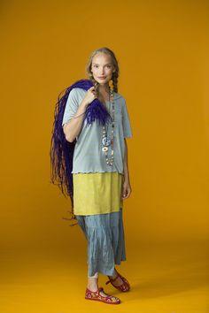 """Frühjahrsmode Basic 2013 - Das Model trägt eine Kombination aus dem kleingemusterten Seidentrikotkleid """" Svalört"""", darüber ein nebelgraues, geringeltes Shirt und dazu einen salbeifarbenen, gekringelte Rock aus Öko-Baumwolle."""