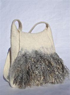 Sac en pure laine de mouton non teintée, sans coutures, épais et très résistant, avec mèches de toison brute. Comporte une poche intérieure. Dimensions: hauteur: 32 cm, largeur en bas: 31 cm, longueur de la bandoulière: 105 cm. Contactez-moi si […]