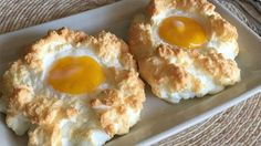 A NEW way of prepping eggs is taking the internet by storm. Cloud eggs are the latest bizarre food craze – and they're putting tired old scrambled, poached and fried into the shade. New Food Trends, Healthy Snacks, Healthy Recipes, Egg Recipes For Breakfast, Le Diner, Food Inspiration, Food Videos, Tapas, Good Food