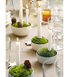 Сервировка стола свечами в тарелках со мхом