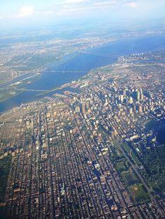 La Métropole du Québec.  L'Île de Montréal avec ses divers ponts au-dessus du Fleuve St-Laurent.