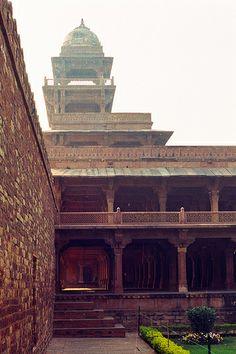 Fatehpur Sikri, near Agra - Chisti lui prédit que la naissance de son héritier aurait lieu dans la même année. Lors de la venue au monde de son fils, Akbar fit de Sikri, qui lui avait été si favorable, sa nouvelle capitale. Il conduisit personnellement les travaux de la Jami Masjid, la Grande mosquée, qui abritait un tombeau richement décoré à l'intention de l'ermite.