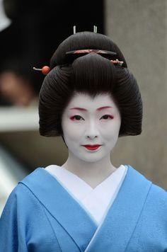 Geiko Toshimana, Miyagawacho (via 祇園白川撮影会・宮川町「とし真菜」さん ゆうちゃんの『きょう散歩』)