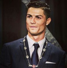 Cristiano Ronaldo receiving a state honor from his homeland of Portugal. Ronaldo Football, Cr7 Ronaldo, Cristiano Ronaldo 7, World Best Football Player, Good Soccer Players, Football Players, Real Madrid, Portugal National Football Team, Soccer Stars