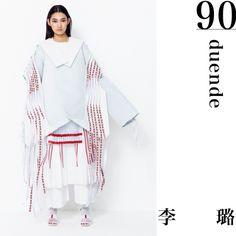 『duende』       中国の少数民族であるミャオ族から影響を受けました。彼らの住居や伝統的な民族衣装を、現代の洋服と融合させています。袖部分のビビッドなリボンは古い手工芸品を使用。動くことで見え隠れするデザインにして、ボリューミーなシルエットに映えるアクセントにしています。少数民族服の歴史を感じてもらえればうれしいです。