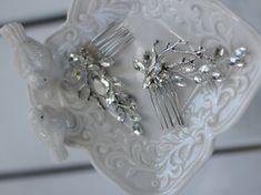 Нежный свадебный гребешок прекрасно дополнит образ стильной и нежной невесты. Хорошо гнется и укладывается по форме прически. Длина примерно 13 см. Все товары нашего бутика высылаются в подарочной упаковке. Элементы и проволока золотистого тона. искуственный жемчуг…