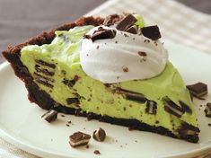 Creme de Menthe (Green Goblin) Pie~ this yummy treat is made using Betty Crocker® brownie mix, creme de mint (Andes candies) & vanilla pudding. A great Halloween treat too! Betty Crocker Brownie Mix, Betty Crocker Fudge Brownies, Just Desserts, Delicious Desserts, Dessert Recipes, Yummy Food, Tasty, Chocolate Pie Recipes, Chocolate Pies
