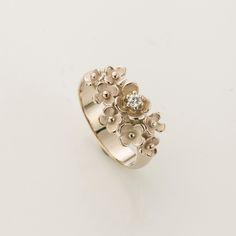 Witgouden ring met Jasmijnbloemen met een 0.05ct briljant als hart van de grootste bloem.