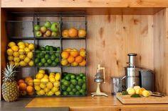 Hangende fruitmand | voorbeelden van mandjes in de keuken die gebruikt worden als hangende fruitschaal. Geeft kleur en een gezonde uitstraling.