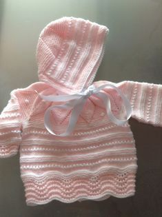 María entre labores: Conjunto de niña Baby Cardigan Knitting Pattern, Baby Knitting Patterns, Baby Patterns, Crochet Girls, Crochet Baby, Newborn Outfits, Kids Outfits, Knit Baby Dress, Baby Bonnets