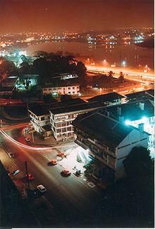 Costa de Marfil Abiyan Vista nocturna del moderno centro urbano de Le Plateau, el barrio de los negocios, junto a la laguna de Ébrié.