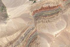 Cuando las fallas se ven desde el satélite. ¿De qué tipo es y cómo se han desplazado los bloques?  Faults in Xinjiang - China