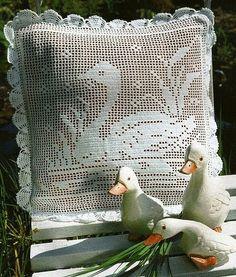 crochet kingdom (E.H): Crochet For Home Crochet Cushions, Crochet Pillow, Crochet Motif, Crochet Doilies, Crochet Round, Crochet Home, Crochet Crafts, Crochet Table Runner Pattern, Crochet Tablecloth