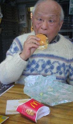 ハンバーガーをほおばる水木しげる先生ワロス : 2のまとめR - ライブドアブログ