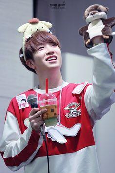 160423명동팬싸♥ #갓세븐 #영재 ฮยองชูนิ้วกลางอ่ะ555 นากน่าร้ากกก เอ่ออ...หมายถึงตุ๊กตาอ่ะ เห้ยย!!!ล้อเล่นน่ะ ฮยองก็น่ารัก #กูพูดคนเดียว