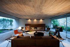 Chimney House by Marcio Kogan, Delood / monumentalny, betonowy sufit  Potrzebujesze podobnego projektu - możemy go dla Ciebie wykonać www.loftstudio.pl