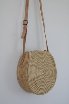Diy Rangement Leather Handle Hippie Chic Patience Crochet Purses Costumes Shoes Make Up Whoville Hair Image gallery – Page 757589968542945034 – Artofit Crochet Tote, Crochet Handbags, Crochet Purses, Round Straw Bag, Round Bag, Straw Handbags, Purses And Handbags, Look Patches, Hippie Chic