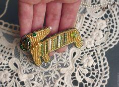 Купить брошь из бисера собака такса - золотой, зеленый, собака, такса, украшение, украшение для интерьера