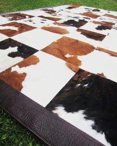 Alfombra de piel tricolor con borde de cuero chocolate.