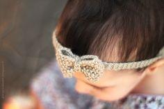 Avec sa coupe - comprenez, son absence de cheveux :) - ma poupette est souvent prise pour un petit garçon... Alors faute de pouvoir le... Bandeau Torsadé, Bandeau Crochet, Headband Bebe, Cute Crochet, Knit Crochet, Tricot Baby, Baby Photos, Photo Props, Baby Knitting