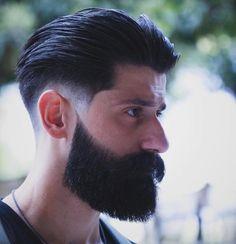 coupe de cheveux en arrière homme avec barbe hipster et dégradé américain bas