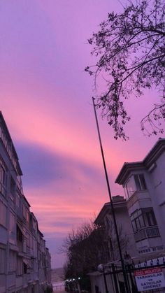 Sunset is the sunset in the afternoon. That time is beautiful scenery. We will present an article about sunset quotes love. Purple Aesthetic Background, Aesthetic Pastel Wallpaper, Aesthetic Backgrounds, Aesthetic Wallpapers, Hd Backgrounds, Pretty Sky, Beautiful Sky, Applis Photo, Photo Wall