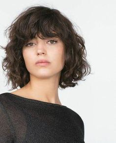 Do you like your wavy hair and do not change it for anything? But it's not always easy to put your curls in value … Need some hairstyle ideas to magnify your wavy hair? Curly Hair With Bangs, Short Curly Hair, Wavy Hair, Curly Hair Styles, Natural Hair Styles, Frizzy Hair, Natural Curls, Wavy Bob Hairstyles, Hair Trends