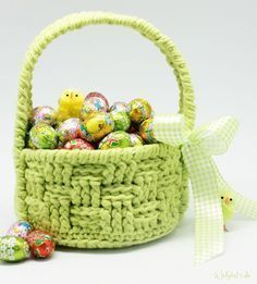 Crochet Pattern Easter Basket - Crochet this cute little Easter Basket to safely store your Easter eggs. Pick your favourite colour and get going with this fun free Easter crochet pattern! Crochet Easter, Easter Crochet Patterns, Crochet Basket Pattern, Holiday Crochet, Crochet Bunny, Knitting Patterns, Crochet Gratis, Free Crochet, Crochet Chicken