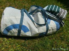 Ich habe von einem Segelboot ein altes Segel geschenkt bekommen. Es hat zwar ein paar Flecken gehabt, die sich nicht mehr entfernen ließen, aber das störte mich nicht. Ist halt Material mit Geschichte :) Aus dem Segelstoff hab ich mir, da die Badesaison eröffnet ist, eine einfache Sporttasche... Gym Bag, Sailing, Fitness, Fashion, Sailboats, Sew Dress, Bags Sewing, Bra Tops, Sewing Patterns