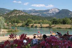 Frankrijk is een echt kampeerland, met duizenden campings. Daarvan liggen er vele op de mooiste locaties. Campings aan riviertjes, aan zee, midden in de bergen, of aan een meer, voor elk wat wils. Op mijn zoektocht naar bijzondere vakantieadressen kom ik regelmatig mooie campings tegen. In deze blogpost zet ik 5 campings op een rijtje …