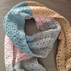 Kijk wat ik gevonden heb op Freubelweb.nl: een gratis haakpatroon van Kristina Olsen in het Nederlands vertaald door Fie bakt, Fie naait om deze mooie sjaal te maken https://www.freubelweb.nl/freubel-zelf/gratis-haakpatroon-sjaal-8/