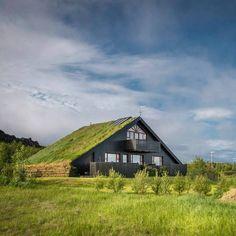 """Mario Carvajal (@mariocarvajal) en Instagram: """"Casas con techos de prado, en Islandia, para protegerse del frío. ¿Te gustaría una casa con un…"""""""