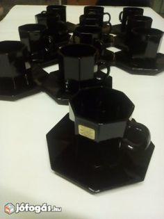 Eladó Kávéscsésze + alj (12db): 12 darab hibátlan állapotban lévő fekete kávéscsésze a hozzájuk tartozó tányérral együtt.