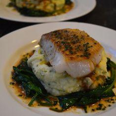 Jeg elsker torsk! Spesielt hvis den serveres med en syrlig soyasaus! Denne retten er enkel å lage, og hvis du foretrekker annet tilbehør enn potetmos og kan jeg anbefale deg sellerirotpure som jeg har lagt ut oppskrift på. Du kan bruke soyasaus som er glutenfri, så blir retten uten gluten 🙂 (Visited 320 times, 2...Les Mer Fish Recipes, Seafood Recipes, Gourmet Recipes, Appetizer Recipes, Vegetarian Recipes, Healthy Recipes, Norwegian Food, Scandinavian Food, Fish Dinner