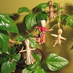 Panenka / Panáček z Ugandy Originální paneka /panáček vyrovené z materiálů pocházejících z Ugandy (banánové listy, kukuřičné šustí, barevná lýka.....) Cena za 1 ks Velikost cca: 8 - 11 cm U objednávky prosím uviďtě číslo panenky / panáčka o které máte zájem