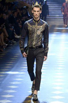 Dolce & Gabbana Fall 2017 Menswear Fashion Show Collection: See the complete Dolce & Gabbana Fall 2017 Menswear collection. Look 42 Milan Fashion, Luxury Fashion, Fashion Show, Mens Fashion, Dolce And Gabbana 2017, Dolly Fashion, Haute Couture Fashion, Mode Style, Men's Style