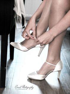 Voorbereiding huwelijk bruid (schoenen aantrekken)