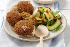 Das Rezept für Falafel mit Zucchinisalat und Joghurtdressing mit allen nötigen Zutaten und der einfachsten Zubereitung - gesund kochen mit FIT FOR FUN