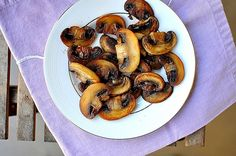 The trick to perfect pan-fried mushrooms. Roasted Mushrooms, Stuffed Mushrooms, Christmas Party Menu, Delicious Recipes, Yummy Food, Easy Dinners, Sausage, Fries, Salads