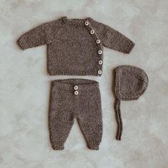 """THEA BRINCHMANN STYVE on Instagram: """"Ellens hentesett 🐻 Mitt andre sett så langt og et tredje er på pinnene! Kjappstrikka og nydelig - kan det bli bedre? Oppskrift finner du…"""" Crochet Baby Clothes, Baby Kids Clothes, Knitting Books, Baby Knitting, Easy Amigurumi Pattern, Future Baby, Beautiful Babies, Mittens, Cute Babies"""