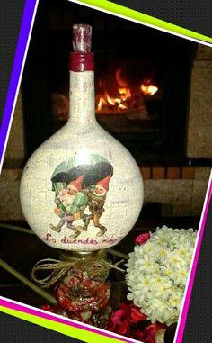 Botella de vino pintada y craquelada. Decorada con duendes típicos de las fiestas de Navidad.