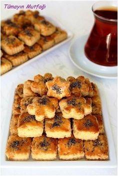Malzemeler Ufak kalıplarla 50 – 55 adet için 2 adet yumurta 1 su bardağı sıvı yağ ¼ su bardağı sirke 1 paket kabartma tozu 2 çay kaşığı tuz Aldığı kadar un Üzeri için; 1 adet yumurtanın sarısı Haşhaş 170 drce Albanian Recipes, Turkish Recipes, Cookie Recipes, Dessert Recipes, Greek Sweets, Dessert Salads, Rainbow Food, Recipe Mix, Lemon Desserts