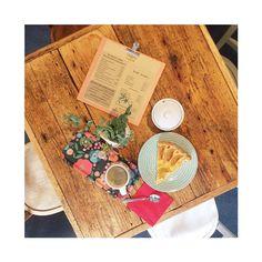 Une bonne tarte aux poires maison, un bon café, pas de doute, nous sommes bien en automne boutique ouverte aujourd'hui jusqu'à 18h30.  #libellule #boutique #cafeboutique #creationfrancaise #madeinfrance #alsace #selestat #monalsace #3ruedu17novembre #cafe #cafeboutique #deco #faitmains #faitmain #madecoamoi #ideecadeau #terrasse #conceptstore #original