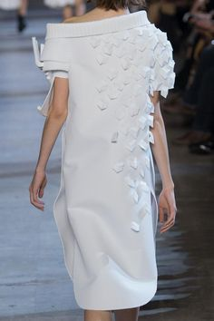 View all the detailed photos of the Viktor & Rolf haute couture spring 2016 showing at Paris fashion week.  Read the article to see the full gallery.