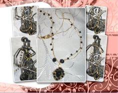 Correntes em crochê com fio metalizado ouro, sendo que uma delas contém cristais pretos (plástico de boa qualidade); pingente em crochê com arame ouro, com cristais pretos em suas tramas (plástico de boa qualidade).