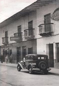 Cali Colombia, Antique Cars, History, Graffiti, Old Cartoons, Soccer, War, B W Photos, Antique Photos