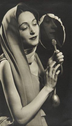 Nusch au miroir, © Man Ray