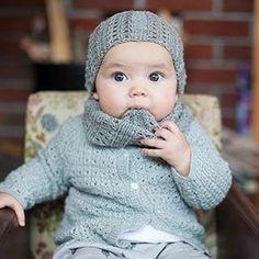 Fineste Lillesøster E  #klompelompe #torapannebånd #torahals #babystrikkpåpinde3 #firefinetrøjer #sandnesgarn #merinoull #alpakkasilke #strikketante #strikkedilla #babystrikk #jentestrikk #knitting #babyknits #knitlove