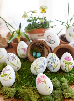 (via Craft Berry Bush: Hand painted Easter Eggs) – It's All About Better LifeStyle Easter Egg Crafts, Easter Art, Easter Projects, Easter Ideas, Easter Eggs Kids, Easter Table, Easter Paintings, Painting Eggs For Easter, Easter Egg Designs